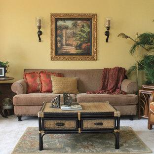 Immagine di un soggiorno tropicale di medie dimensioni con sala formale, pareti gialle, moquette e nessun camino