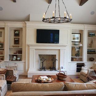 ナッシュビルの大きいトラディショナルスタイルのおしゃれなリビング (標準型暖炉、壁掛け型テレビ) の写真