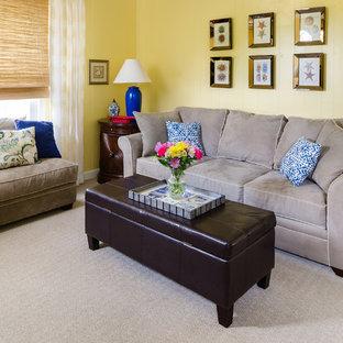 Idee per un soggiorno tradizionale di medie dimensioni e chiuso con pareti gialle, moquette, sala formale, nessuna TV, pavimento beige, camino classico e cornice del camino in mattoni