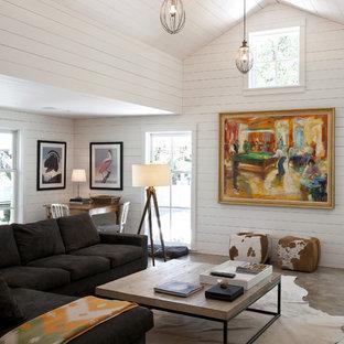 Großes, Repräsentatives, Fernseherloses, Offenes Modernes Wohnzimmer ohne Kamin mit Betonboden und weißer Wandfarbe in Austin