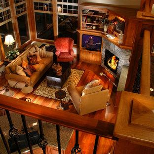 Foto di un soggiorno stile americano di medie dimensioni e aperto con pareti beige, parquet chiaro, camino ad angolo, cornice del camino in pietra e parete attrezzata