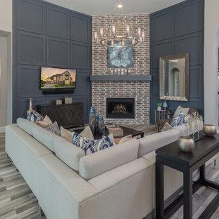ダラスの広いトランジショナルスタイルのおしゃれなLDK (グレーの壁、磁器タイルの床、コーナー設置型暖炉、レンガの暖炉まわり、壁掛け型テレビ) の写真