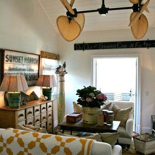 サンディエゴの小さいトロピカルスタイルのおしゃれな独立型リビング (白い壁、暖炉なし、テレビなし) の写真