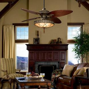 Immagine di un grande soggiorno tropicale chiuso con sala formale, pareti beige, parquet scuro, camino classico, cornice del camino in legno e nessuna TV