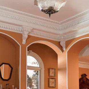Modelo de salón para visitas cerrado, clásico, grande, sin chimenea y televisor, con parades naranjas