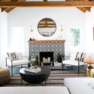 ロサンゼルスの地中海スタイルのおしゃれなリビング (フォーマル、白い壁、標準型暖炉、タイルの暖炉まわり、テレビなし、表し梁、三角天井) の写真