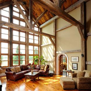 Modelo de salón para visitas cerrado, de estilo de casa de campo, con paredes beige, suelo de madera en tonos medios y suelo naranja