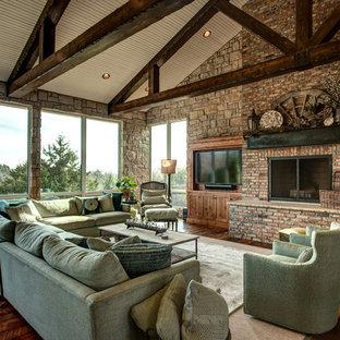 Idee per un soggiorno country aperto con parquet scuro, camino classico, cornice del camino in mattoni, TV a parete e pavimento marrone