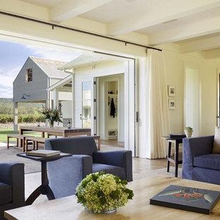 Ejemplo de salón para visitas abierto, campestre, grande, sin chimenea y televisor, con paredes beige y suelo de madera clara
