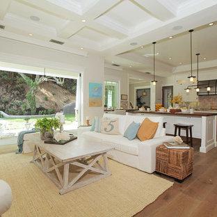 Foto di un ampio soggiorno country aperto con pareti bianche, pavimento in legno massello medio e pavimento marrone