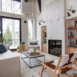 Foto de salón abierto, campestre, grande, con chimenea tradicional, marco de chimenea de baldosas y/o azulejos, paredes blancas, suelo marrón y suelo de madera clara