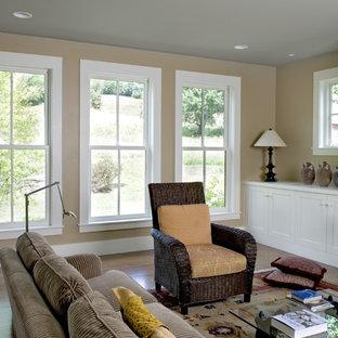Landhaus Wohnzimmer mit beiger Wandfarbe in Burlington
