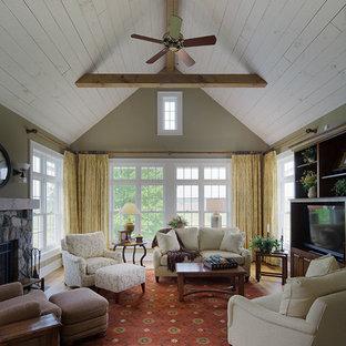 Exemple d'un grand salon nature ouvert avec un mur vert, une cheminée standard et un manteau de cheminée en pierre.