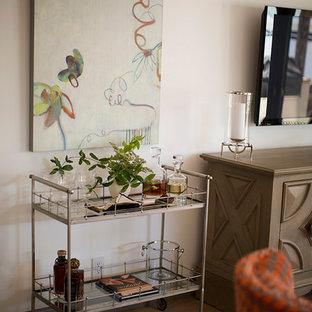 Esempio di un piccolo soggiorno country aperto con angolo bar, pareti bianche, parquet chiaro, camino bifacciale e TV a parete