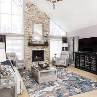 Exempel på ett stort klassiskt separat vardagsrum, med grå väggar, heltäckningsmatta, en standard öppen spis, en spiselkrans i sten, beiget golv och en fristående TV