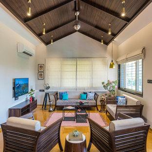 他の地域のアジアンスタイルのおしゃれな独立型リビング (フォーマル、白い壁、壁掛け型テレビ、茶色い床) の写真