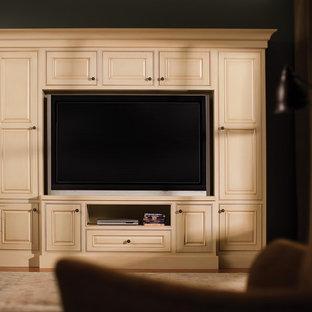Foto di un soggiorno classico di medie dimensioni e chiuso con pareti grigie, pavimento in legno massello medio, parete attrezzata, sala formale, nessun camino e pavimento marrone