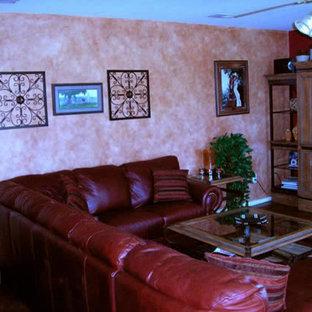 ヒューストンの小さいトラディショナルスタイルのおしゃれな独立型リビング (フォーマル、ピンクの壁、濃色無垢フローリング、内蔵型テレビ) の写真