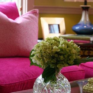 Ispirazione per un piccolo soggiorno chic con pareti verdi e parquet scuro
