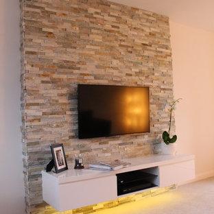 他の地域の中くらいのコンテンポラリースタイルのおしゃれなLDK (ベージュの壁、カーペット敷き、暖炉なし、壁掛け型テレビ) の写真