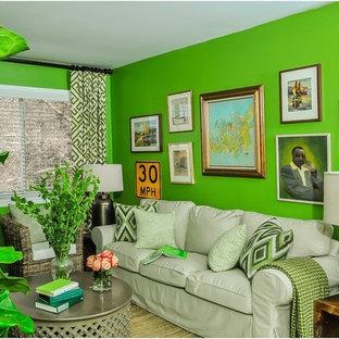 Kleines Klassisches Wohnzimmer mit freistehendem TV und grüner Wandfarbe in Dallas