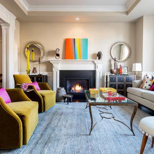 Foto di un soggiorno boho chic di medie dimensioni e aperto con pareti beige, parquet scuro, camino classico e cornice del camino in legno