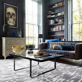 Modelo de salón para visitas cerrado, actual, de tamaño medio, sin chimenea y televisor, con paredes azules y suelo de madera en tonos medios