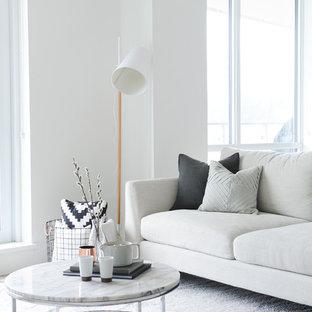 Inspiration pour un salon nordique ouvert et de taille moyenne avec un mur blanc, une salle de réception et un sol marron.