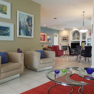 Ejemplo de salón abierto, actual, de tamaño medio, con paredes blancas, suelo de baldosas de porcelana, chimenea de doble cara, marco de chimenea de baldosas y/o azulejos y pared multimedia