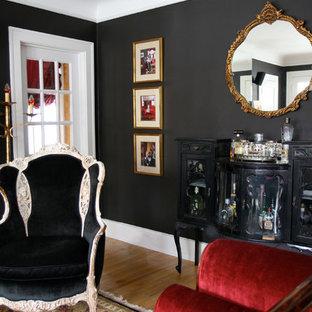デトロイトの小さいトラディショナルスタイルのおしゃれなリビング (黒い壁、淡色無垢フローリング、テレビなし) の写真