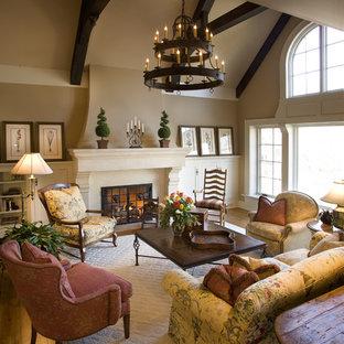 Immagine di un ampio soggiorno classico con pareti beige e camino classico