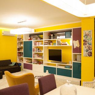 他の地域の大きいエクレクティックスタイルのおしゃれなLDK (黄色い壁、淡色無垢フローリング、壁掛け型テレビ、暖炉なし、白い床) の写真