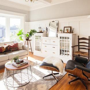 Idéer för vintage vardagsrum, med grå väggar, mellanmörkt trägolv, en öppen hörnspis och en spiselkrans i tegelsten