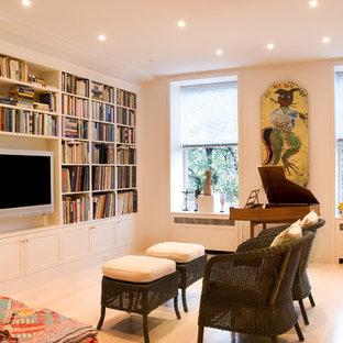 Ejemplo de salón abierto, clásico renovado, de tamaño medio, sin chimenea, con paredes blancas, suelo de madera clara, pared multimedia y suelo blanco