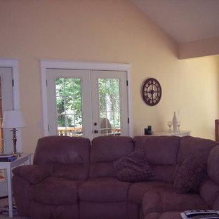 Foto di un soggiorno chic di medie dimensioni e stile loft con pareti gialle