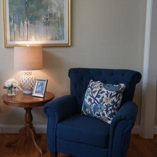 Immagine di un soggiorno classico di medie dimensioni e aperto con pareti beige, pavimento in legno massello medio, camino classico, cornice del camino in mattoni, TV a parete e pavimento marrone