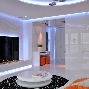 Foto de salón para visitas abierto, contemporáneo, grande, con suelo de baldosas de porcelana, paredes blancas, chimenea lineal, marco de chimenea de baldosas y/o azulejos y pared multimedia