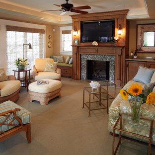 Ejemplo de salón costero con paredes beige y marco de chimenea de baldosas y/o azulejos