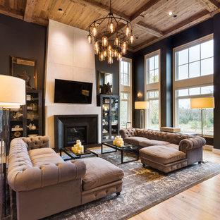Стильный дизайн: парадная, открытая гостиная комната в стиле фьюжн с черными стенами, светлым паркетным полом, стандартным камином, телевизором на стене и желтым полом - последний тренд