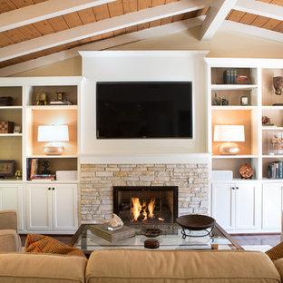 ロサンゼルスの中くらいのトランジショナルスタイルのおしゃれなLDK (ベージュの壁、無垢フローリング、標準型暖炉、石材の暖炉まわり、埋込式メディアウォール) の写真