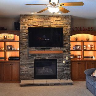 他の地域の中くらいのトラディショナルスタイルのおしゃれなLDK (白い壁、カーペット敷き、標準型暖炉、レンガの暖炉まわり、壁掛け型テレビ、白い床) の写真