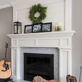 Foto di un soggiorno chic aperto con pareti grigie, parquet scuro, camino classico, cornice del camino piastrellata, libreria e pavimento marrone