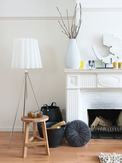 Contemporary Living Room by HUISSTYLING