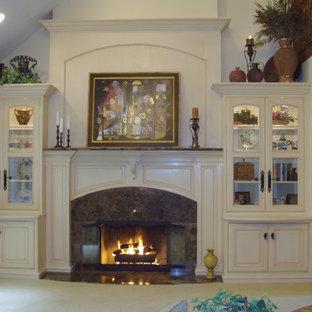 Bild på ett mellanstort vintage allrum med öppen planlösning, med ett finrum, vita väggar, heltäckningsmatta, en standard öppen spis och en spiselkrans i trä