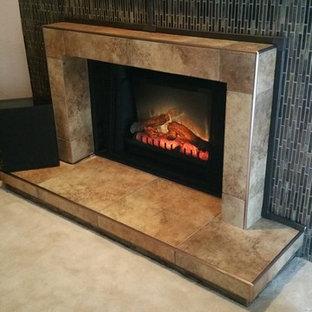 フェニックスのトランジショナルスタイルのおしゃれなリビング (ベージュの壁、カーペット敷き、標準型暖炉、タイルの暖炉まわり) の写真