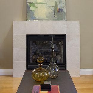 サンフランシスコのコンテンポラリースタイルのおしゃれなリビング (竹フローリング、タイルの暖炉まわり) の写真