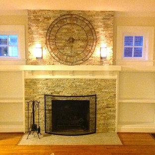 Пример оригинального дизайна: гостиная комната среднего размера в классическом стиле с библиотекой, белыми стенами, светлым паркетным полом, стандартным камином и фасадом камина из камня