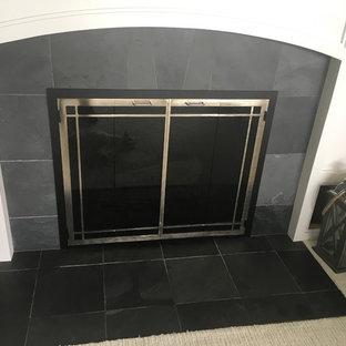 ミルウォーキーの中サイズのビーチスタイルのおしゃれなLDK (フォーマル、青い壁、カーペット敷き、標準型暖炉、タイルの暖炉まわり、据え置き型テレビ、グレーの床) の写真