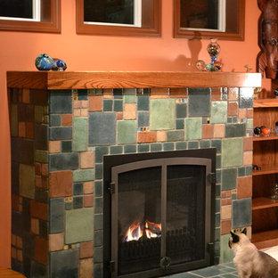 Foto di un soggiorno american style con pavimento con piastrelle in ceramica e cornice del camino piastrellata