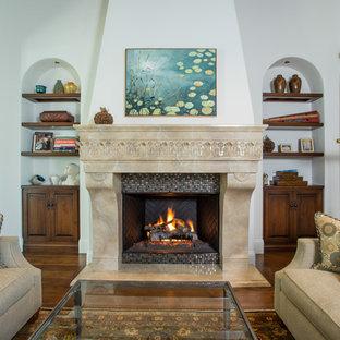 オレンジカウンティの中くらいの地中海スタイルのおしゃれなLDK (フォーマル、白い壁、無垢フローリング、標準型暖炉、タイルの暖炉まわり、テレビなし) の写真